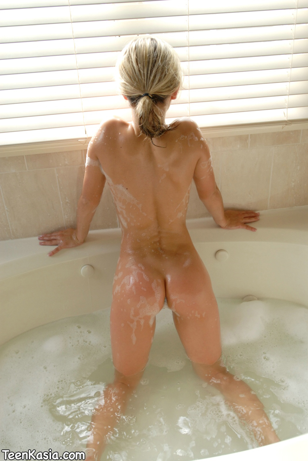 nude Bubble hot bath girl
