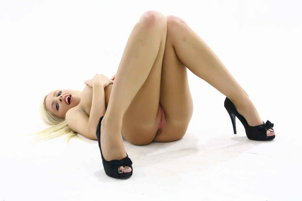 seksapilnaya-blondinka-kurit-sigaretu