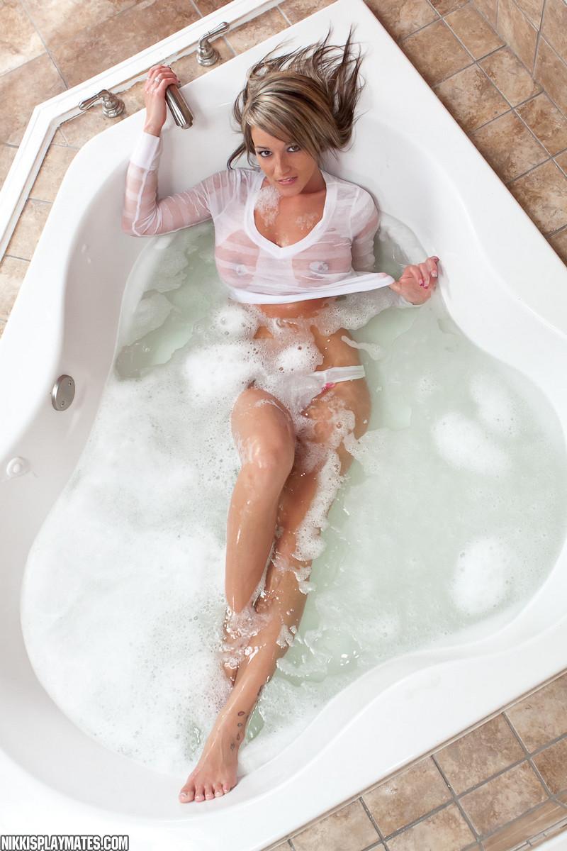 Nikki Sims Topless Bath At Amateurinde