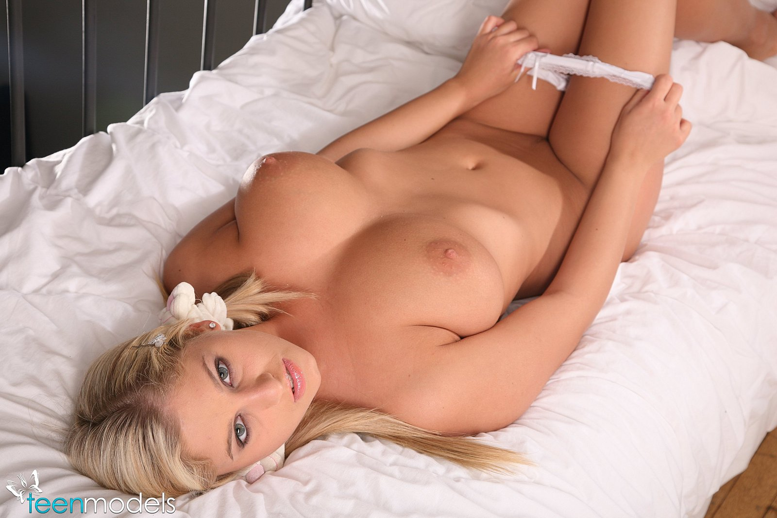 girls in teenage bed nude