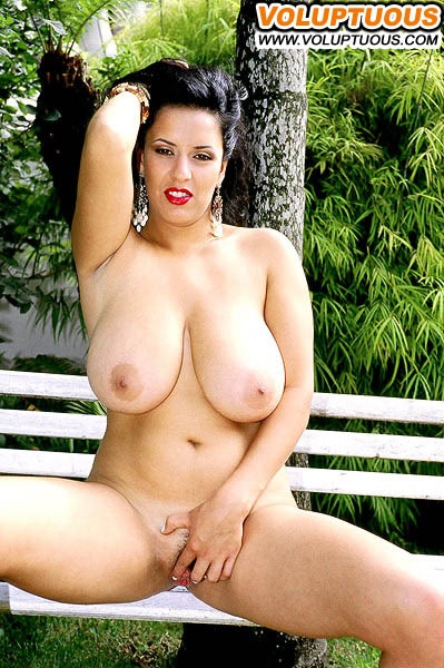 naked-voluptuous-latina